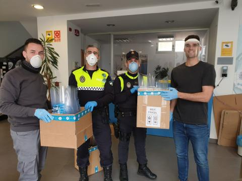 La Policía Local de Linares recoge viseras protectoras en las instalaciones de Sicnova para repartirlas