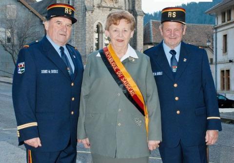La presidenta Georgette Bertin-Pourchet con los dos funcionarios de aduanas.