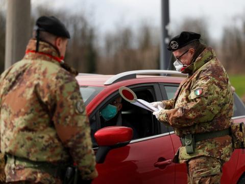 Miembros del ejército italiano con mascarillas en el perímetro de la ciudad en cuarentena de Turano Lodigiano, el 26 de febrero de 2020.