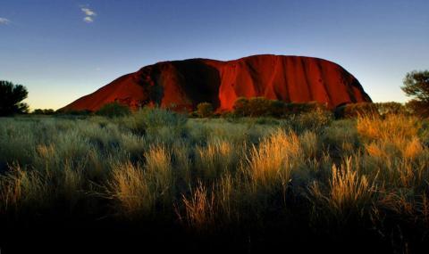La puesta de sol en Ayers Rock, uno de los principales destinos turísticos de Australia, atrae a 400.000 visitantes cada año.