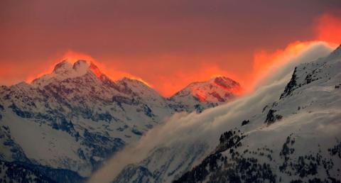 La puesta de sol ilumina las montañas en Suiza.