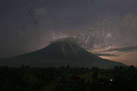 Los rayos caen en el Monte Sinabung de Indonesia, mientras el volcán arroja ceniza y lava caliente.