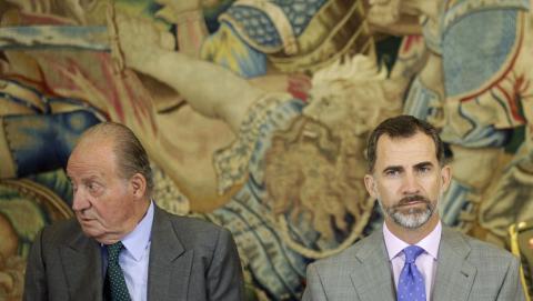 El rey Felipe VI junto a don Juan Carlos, en una fotografía de archivo