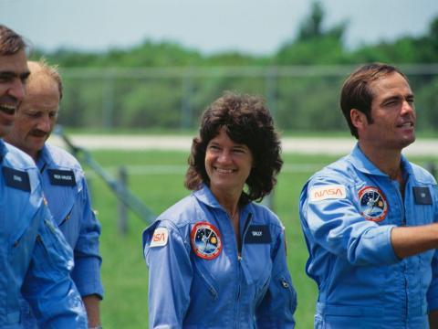Sally Ride antes del lanzamiento del transbordador espacial Challenger.