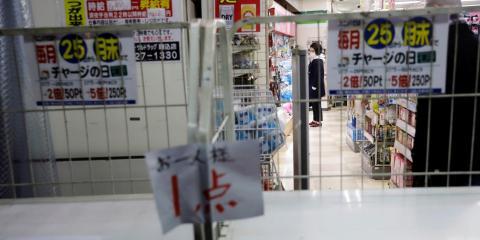 Se muestran estantes de papel higiénico y pañuelos agotados frente a una farmacia en Tokio, Japón, el 1 de marzo de 2020.