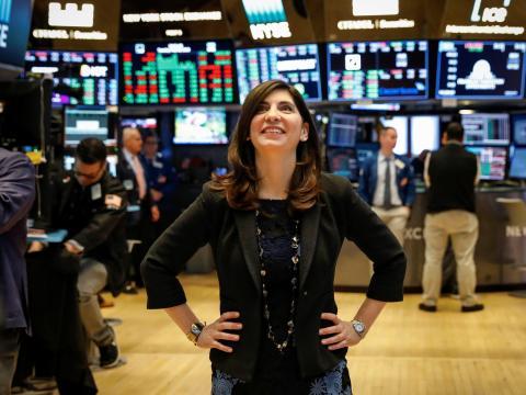 La directora de operaciones de la Bolsa de Valores de Nueva York, Stacey Cunningham, posa en el piso de la Bolsa de Valores de Nueva York el 22 de mayo de 2018.