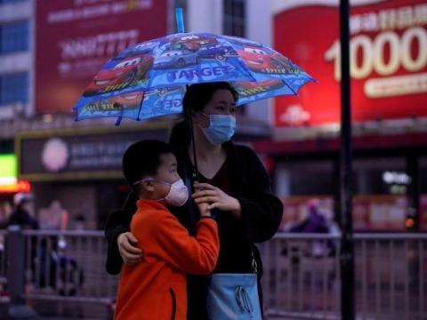 Una madre y su hijo caminan por Jingzhou, el 26 de marzo de 2020.
