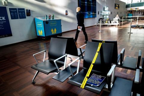 La terminal 3 del aeropuerto de Copenhague ha bloqueado algunos espacios públicos para evitar aglomeraciones de viajeros.