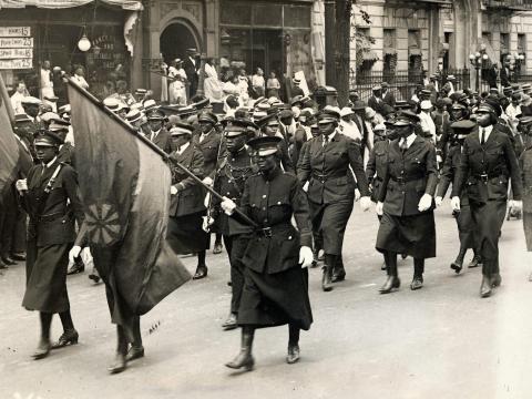 Mujeres negras en uniforme asisten al mitin de Marcus Garvey en Harlem.