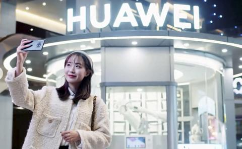Tienda Huawei con robot
