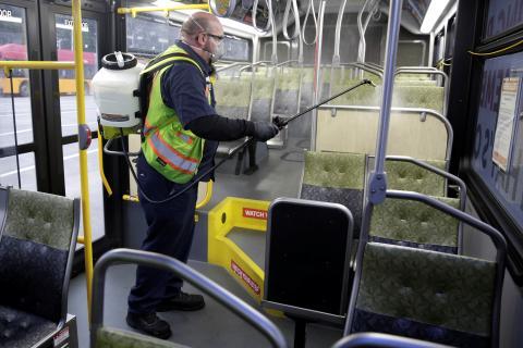 Un trabajador desinfecta un autobús en Seattle (EEUU)