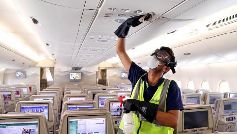 Un trabajador de Emirates desinfecta la cabina de un avión de la compañía en el aeropuerto de Dubai