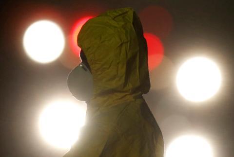 Un trabajador equipado con un traje sanitario para protegerse del coronavirus