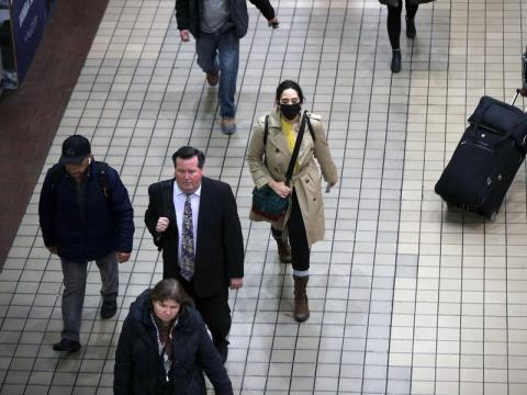 Gente con mascarilla durante el viaje matutino en Nueva York el 3 de marzo de 2020.