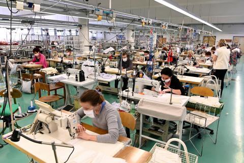 Trabajadores en una fábrica textil produciendo mascarillas, en Eslovaquia