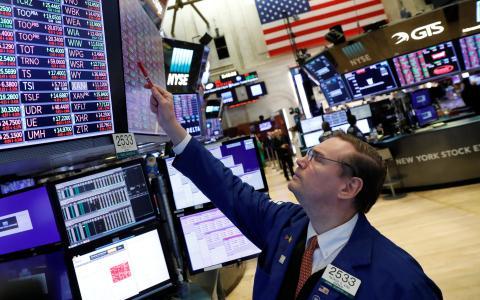 Trader observa una pantalla en Wall Street.