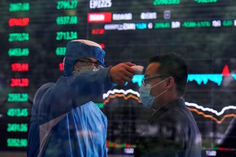 Traders en la bolsa de Shangai.