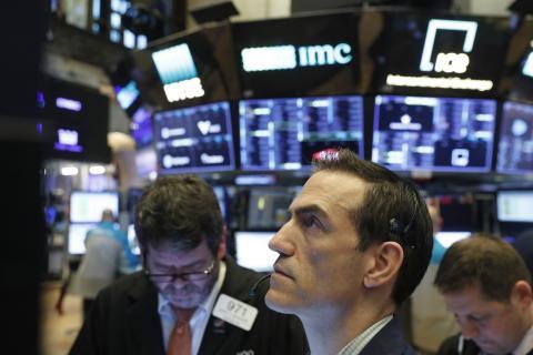 Traders siguen atentamente la jornada en Wall Street.