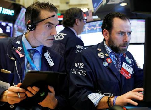 Traders en Wall Street observan las cotizaciones.