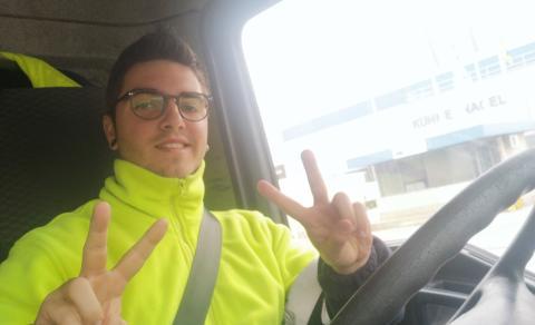 El transportista David Ortega en su camión