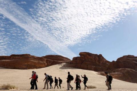 Tribus beduinas guían a los excursionistas a través de la naturaleza indómita del Valle del Nilo en el Sinaí, Egipto.