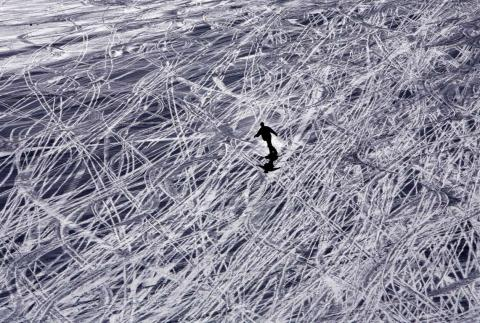 Un turista esquía en la montaña Maso Corto, en Italia.