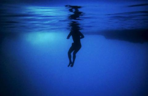 Un turista nada dentro de la Cueva Azul de la isla griega de Kastellorizo.