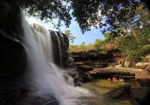 Los turistas se bañan en la cascada El Cuarzo, que se conoce popularmente como el Río de Cinco Colores en Caño Cristales, en el Parque Nacional La Macarena, en la Sierra de Colombia.