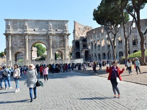 Turistas en el Coliseo Romano (2016)