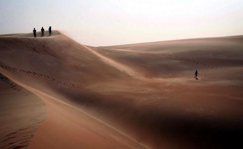 Los turistas exploran las dunas de arena en el desierto mauritano de África.