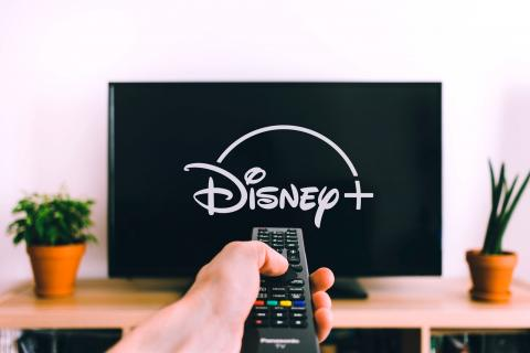 TV con logo de Disney+
