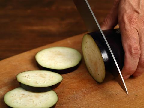 Las berenjenas se oxidan rápidamente, por lo que un cuchillo afilado es mejor para rebanar.