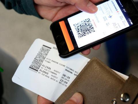 Un viajero que usa una tarjeta de embarque móvil.