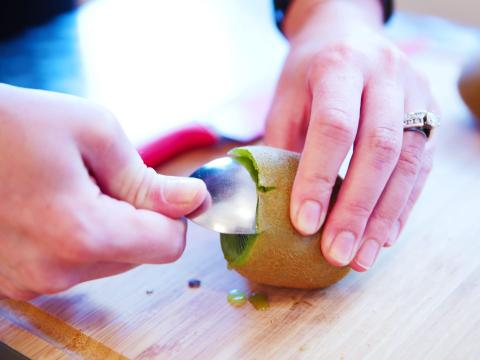 Una cuchara puede ayudar a separar el kiwi de su piel.