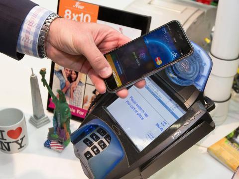 Un cliente hace una compra con una MasterCard usando Apple Pay en el iPhone 6.