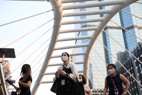 Varias mujeres con mascarilla pasean en Bangkok (Tailandia)