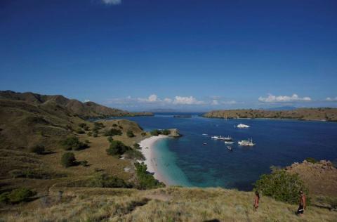 Varios barcos varados frente a la Playa Rosa en el Parque Nacional Komodo, un popular destino turístico en el este de Indonesia.