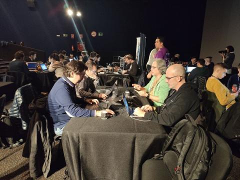 Varios hackers en la Hacker Night de la RootedCON.