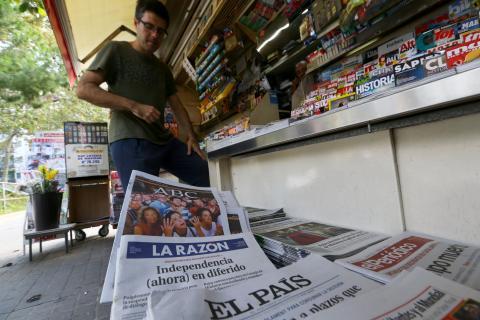 Varios periódicos en un quiosco de España