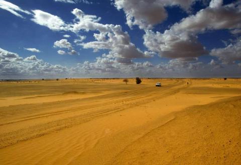 Un vehículo atraviesa la frontera del desierto del Sahara.