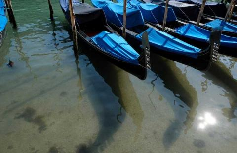 El agua bajo las góndolas parece transparente.