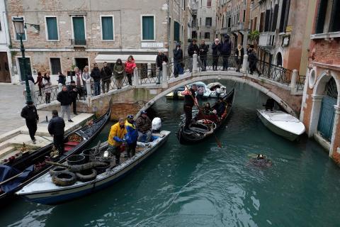 Un grupo de buzos recoge los residuos de los canales de Venecia como parte de una operación de limpieza en 2019.