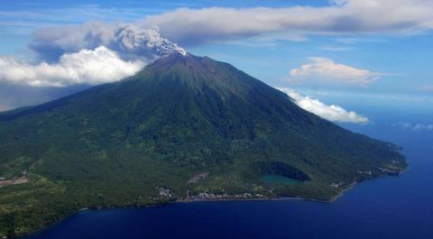 Vista aérea del Monte Gamalama, mientras arroja ceniza volcánica después de entrar en erupción, en la Isla de Ternate de Indonesia.