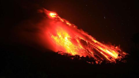 El Volcán Monte Karangetang escupe lava y deja estas vistas en el pueblo de Bebali, en Indonesia.