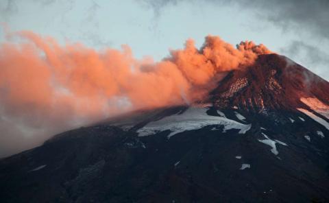 El volcán de Villarrica en Chile arroja humo y lava a finales de marzo.
