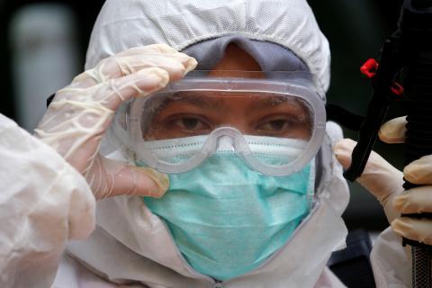 Un voluntario de Indonesia con un traje de protección para el coronavirus.