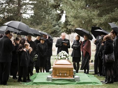 Las bodas han sido reemplazadas por los funerales.