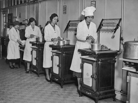 Mujeres en la Escuela de Cocina Soho en Londres en la década de 1920.