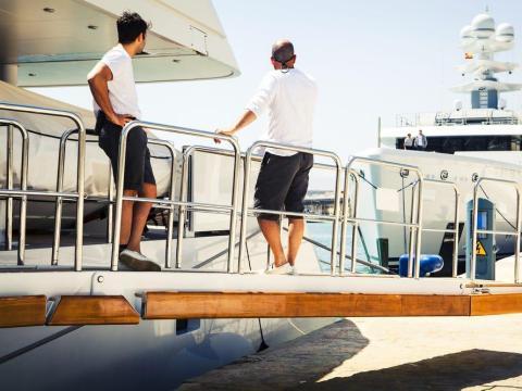 El personal debe estar operativo las 24 horas del día para garantizar la seguridad del barco y de los huéspedes.