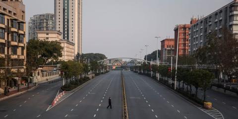 Un hombre cruza una carretera vacía el 3 de febrero de 2020 en Wuhan.